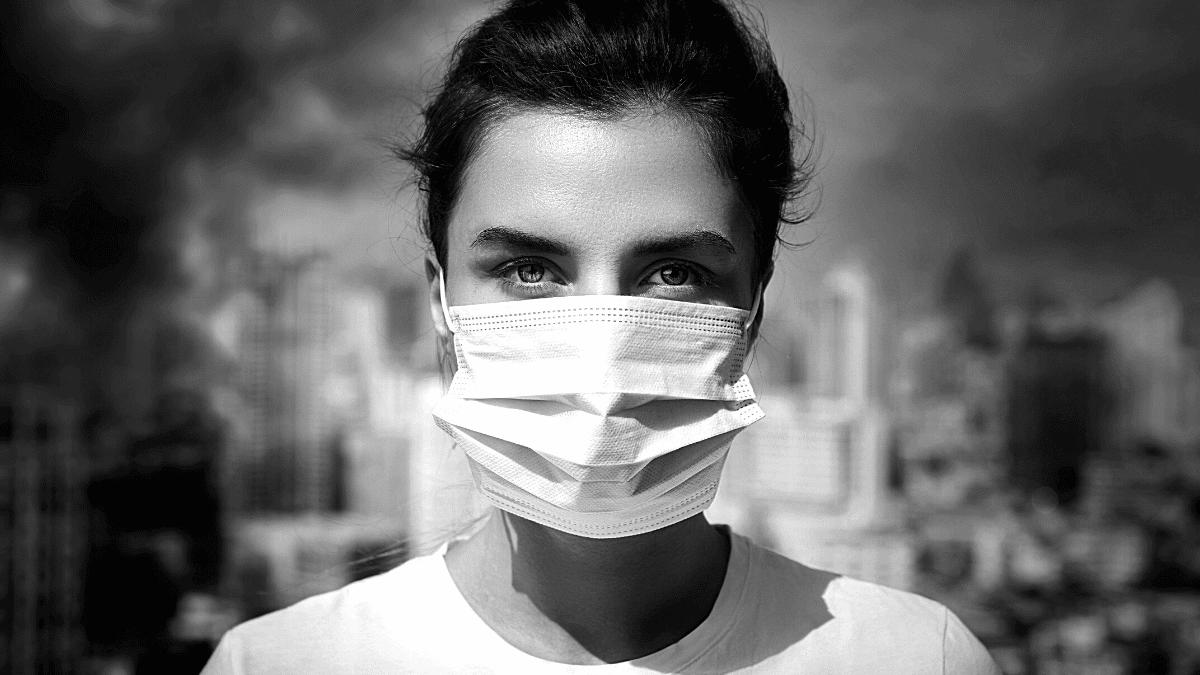jeune femme port du masque chirurgical en entreprise contre le Covid 19