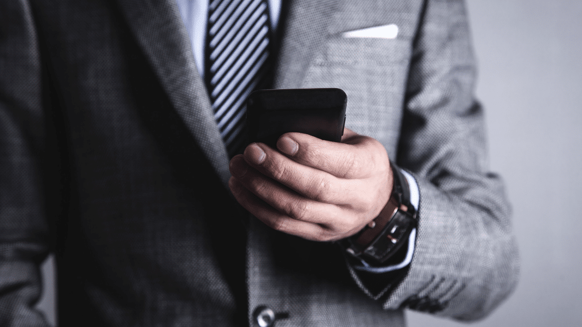 Professionnel qui tient smartphones