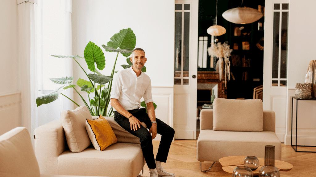 Stéphane Martinet dans la salon de Autre Ambiance à Bordeaux