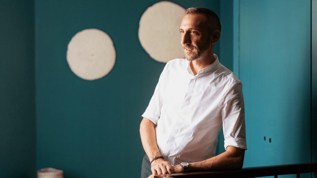 Stéphane Martinet à l'entrée de la bâtisse bordelaise Autre Ambiance