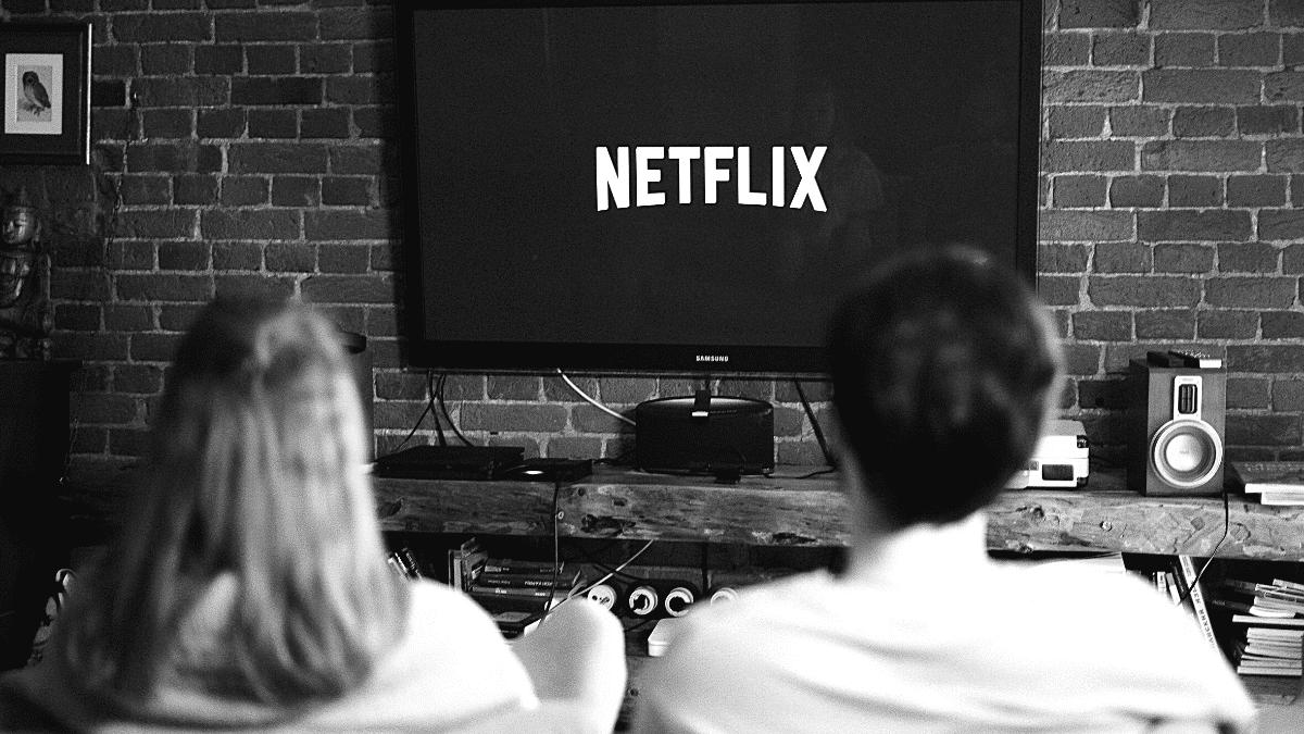 jeune couple devant netflix pour regarder un film ou une série sans passer par les chaînes télévisées