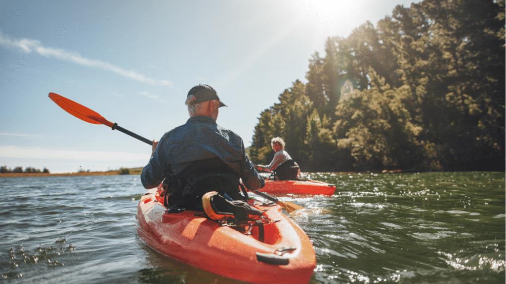 retraités profitant du tourisme d'arrière-saison avec des activités et loisirs en plein air