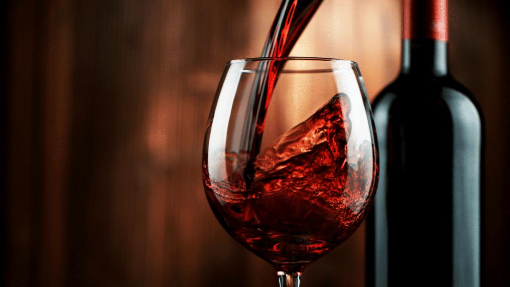 Vin rouge versé