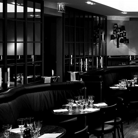 salle restaurant chic fauteuils noirs