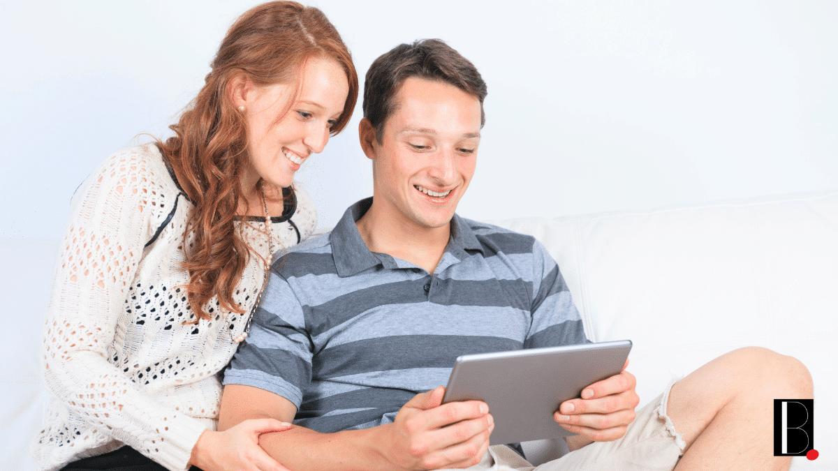 Couple choix appartement tablette