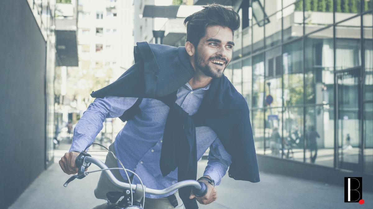 Jeune à vélo déplacement