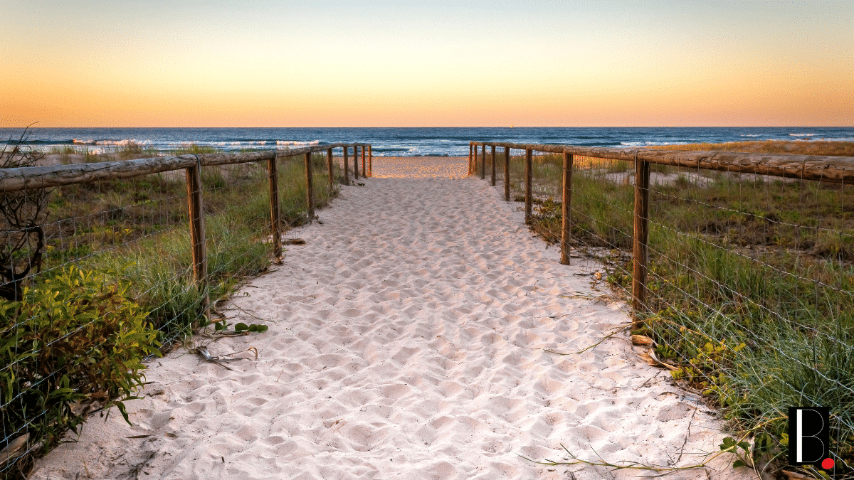 Arrivée chemin plage océan