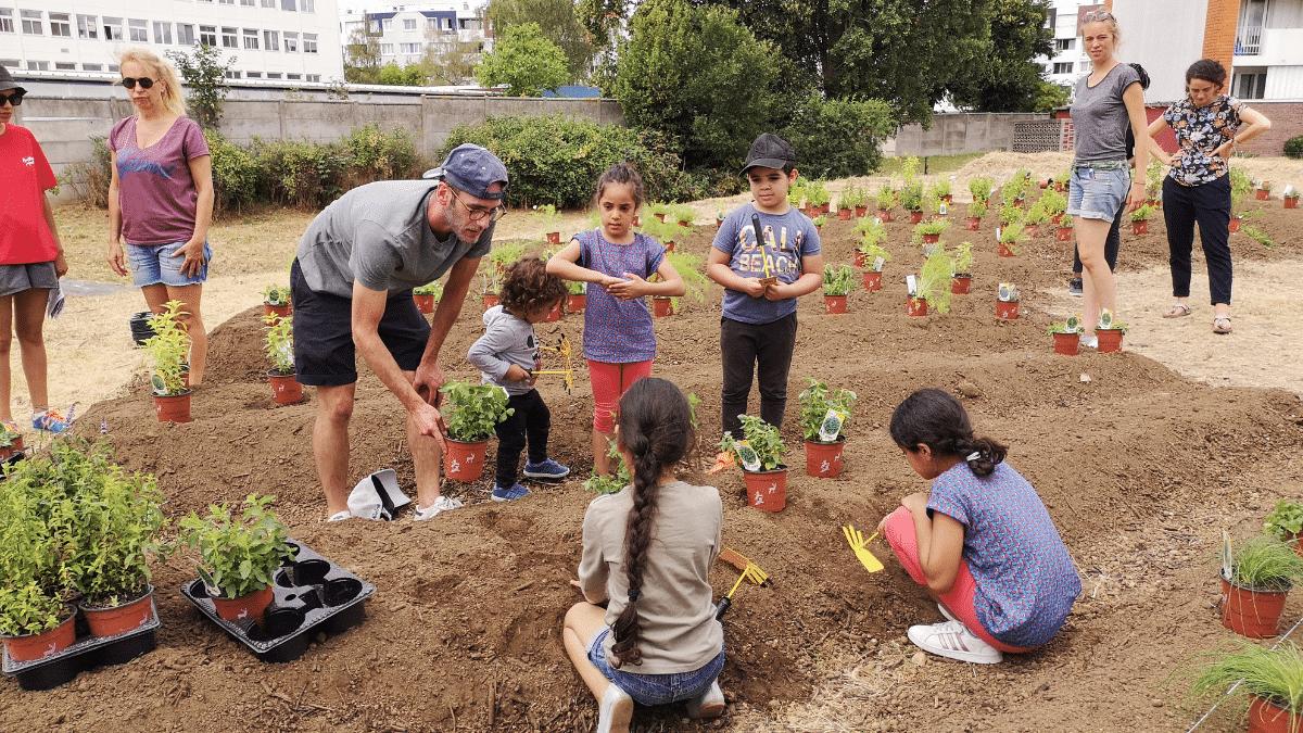 Enfants jardinage plantes
