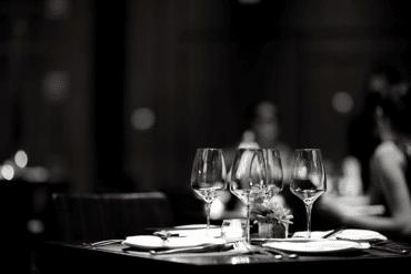 Communicate restaurant customers meals