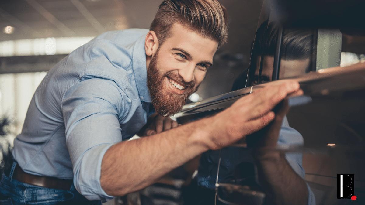 Homme heureux voiture propre