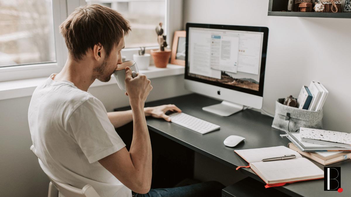 Salarié télétravail domicile café